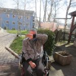 uživatel venku na zahradě s rouškou