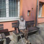 uživatelka venku na zahradě s rouškou