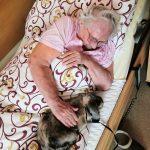 seniorka s králíkem
