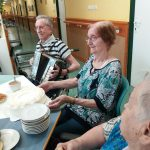 narozeninová oslava klientky Libušky - hra na harmoniku
