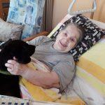 seniorka v posteli s pejskem