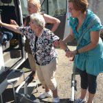 vystupujicí seniorka z auta ze pomoci sociálních pracovnic
