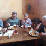 senioři a oběd v restauraci