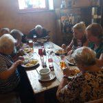 obědvající senioři v restauraci Konírna v Libochovicích