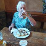 seniorka pijící pivo