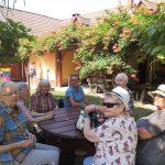 sedící seniorky venku u kulatého stolu